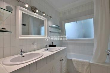 vente immobilière costa brava: villa proche plage, deuxième salle de bains avec double vasque