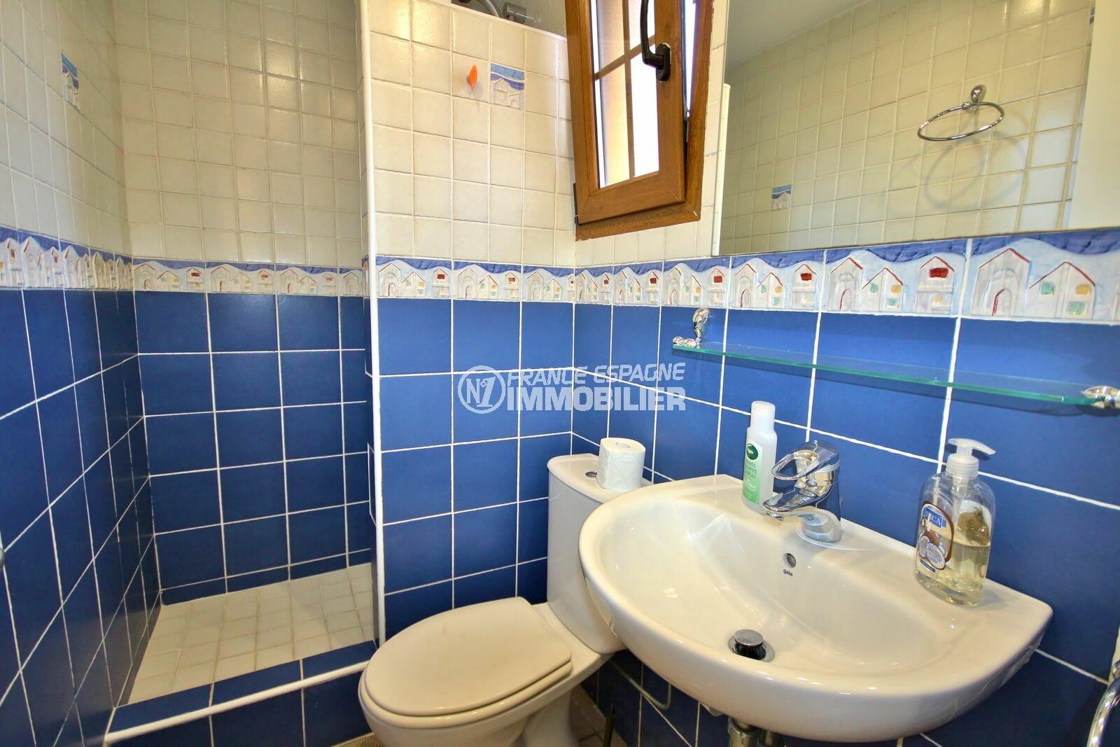 achat maison espagne costa brava, amarre, 4ème salle d'eau avec douche, lavabo et wc