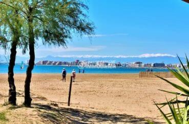 plage principale de rosas avec aperçu d'empuriabrava de l'autre coté de la baie