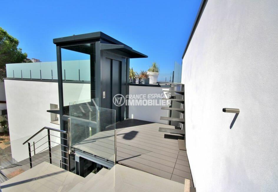 habitaclia rosas: villa standing, accès extérieur vue sur l'ascenseur