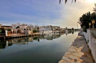 achat maison espagne costa brava, proche plage, aperçu du canal, amarre de 12 m