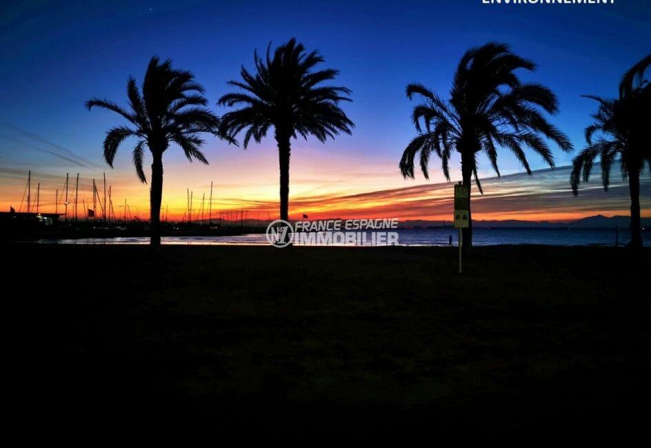 coucher de soleil sur la promenade le long de la plage de rosas