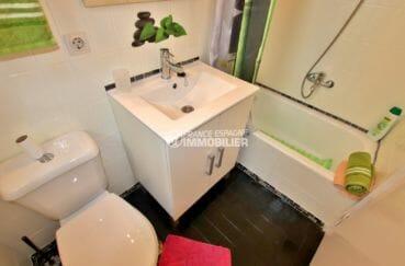 maison costa brava, empuriabrava, troisième salle de bains avec baignoire, vasque et wc