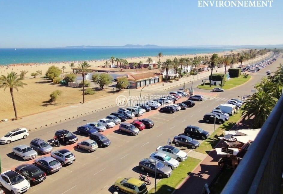 grand parking près de la plage, commerces à proximité