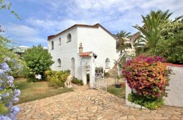 vente maison espagne costa brava, piscine, vue sur la façade et ses extérieurs