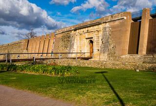 Ciutadella de Roses / Citadelle de Rosas de la Renaissance avec les ruines d'une ancienne colonie grecque et un monastère médiéval à l'intérieur