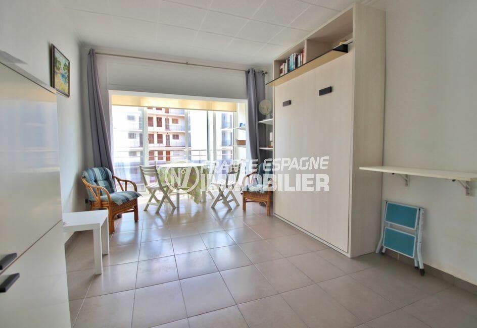 vente appartement rosas, studio rénové avce véranda et parking, plage à 100 m