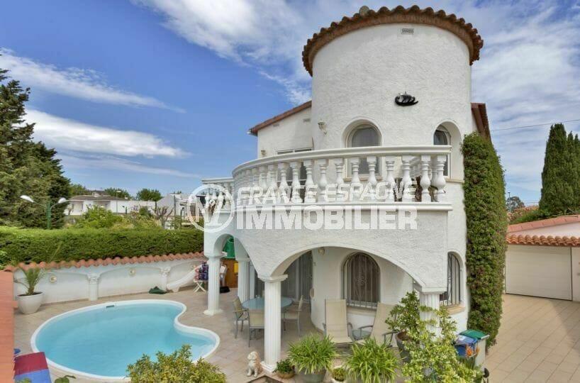 agences immobilières empuriabrava: villa secteur prisé, piscine et garage, plage 900 m