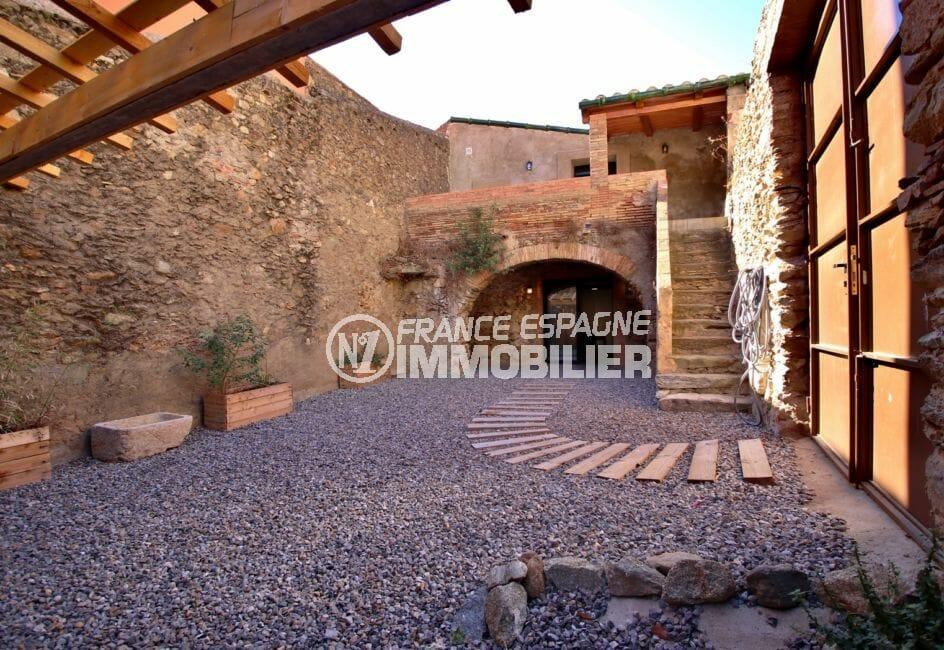 agence immobiliere costa brava: villa avec charme rénovée en centre-ville avec parking