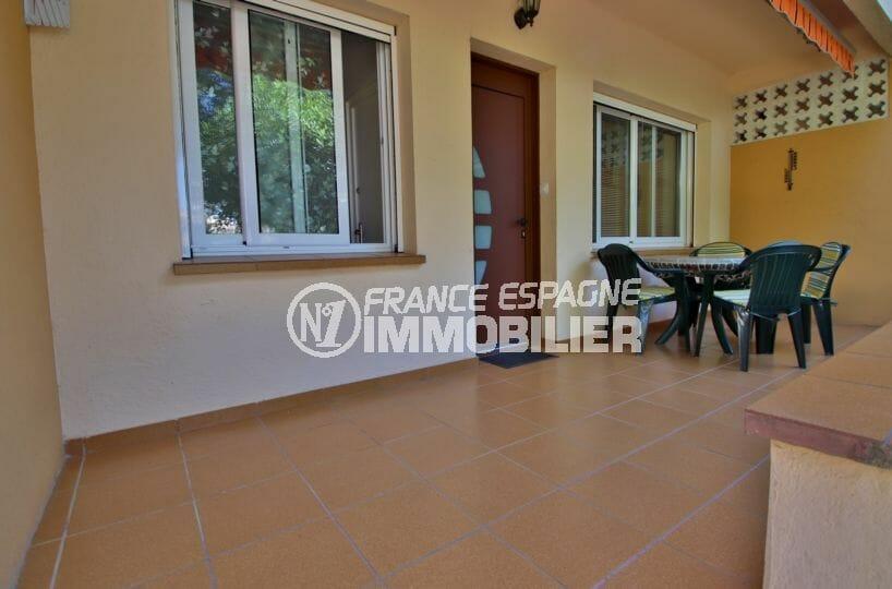 vente appartement rosas, parking, terrasse de 12 m² côté porte d'entrée, coin détente aménagé
