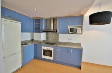 roses espagne: appartement 45 m², cuisine ouverte équipée et fonctionnelle avec rangements