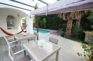 agence immobilière empuriabrava: villa 123 m², terrasse avec coin détente près de la piscine