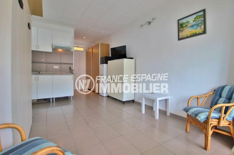 immo roses: studio 24 m², pièce principale avec rangements et cuisine ouverte