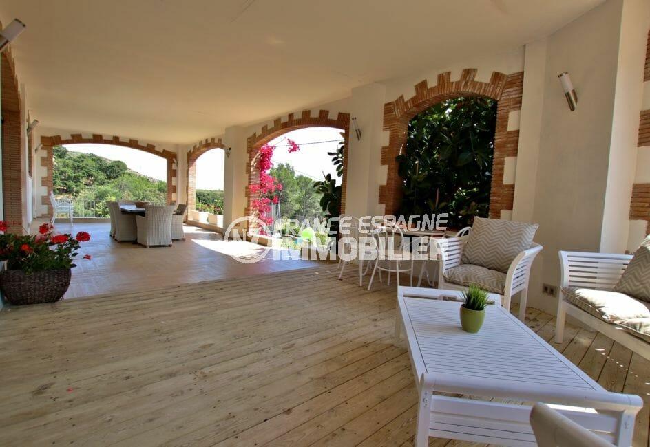 maison a vendre a rosas, piscine, grande terrasse couverte avec coin repas et détente