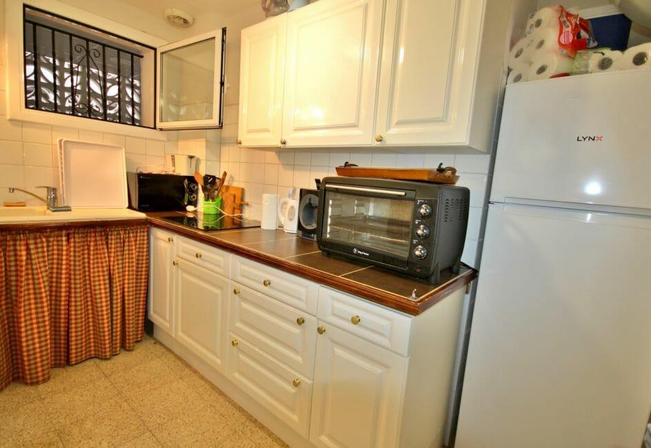 roses espagne: appartement 60 m², cuisine indépendante fonctionnelle avec rangements