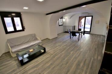 agence immobiliere costa brava espagne: villa 91 m², salon / séjour spacieux avec accès terrasse patio