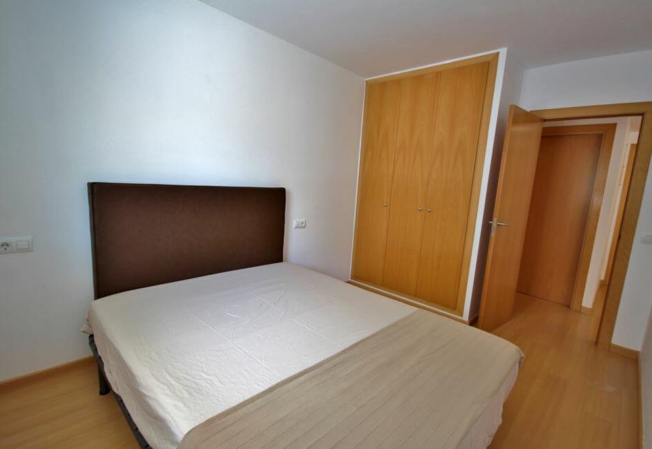 appartements a vendre a rosas, piscine, chambre avec lit double et placards