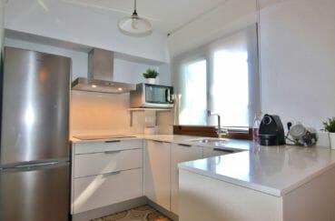 maison a vendre empuria brava, proche plage, cuisine américaine équipée et fonctionnelle