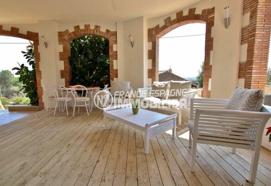 vente maison rosas espagne, piscine grande terrasse couverte accès jardin et salon