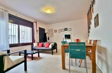 maison a vendre espagne, centre-ville, salon / séjour avec vue sur la porte d'entrée