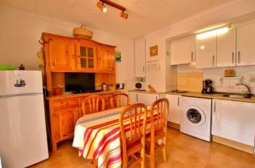 appartements a vendre a rosas, parking, coin cuisine avec table et meubles de rangements
