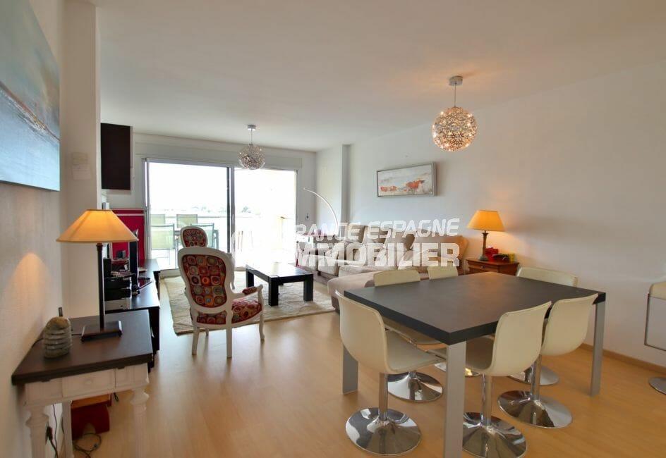 roses espagne: appartement 80 m², salon / séjour lumineux avec rangements