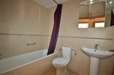 achat appartement rosas, terrasse, salle de bains avec baignoire, lavabo et wc