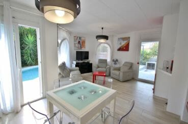 immobilier empuria brava: villa 128 m², salon / séjour au rez-de-chaussée accès terrasse piscine