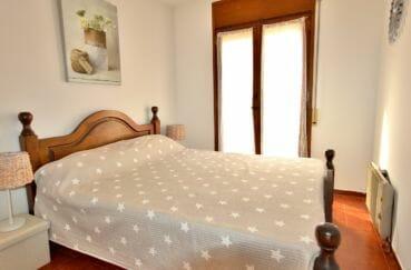 appartement a vendre empuriabrava, proche plage, chambre lumineuse avec lit double