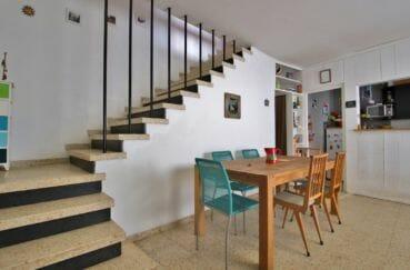 vente maison rosas espagne, jacuzzi, escaliers qui desservent l'étage, coin repas