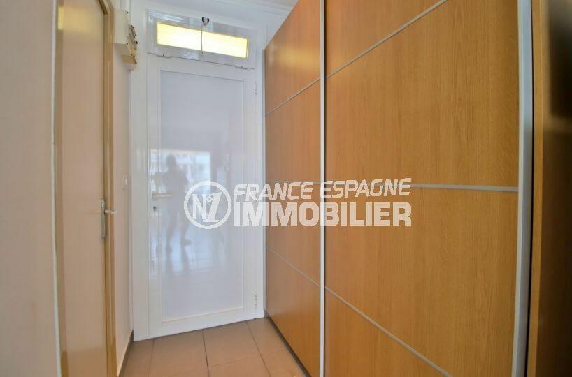 achat appartement rosas, studio 24 m², couloir avec placards, vue sur la porte d'entrée