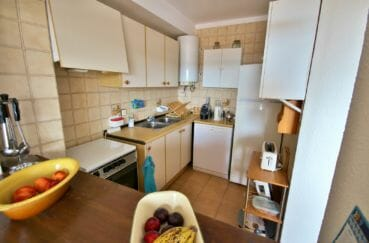 achat appartement rosas, secteur prisé, cuisine équipée avec des rangements