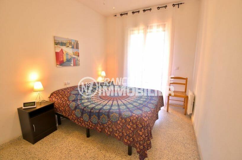 agence immobilière roses: appartement proche plage, première chambre avec lit double