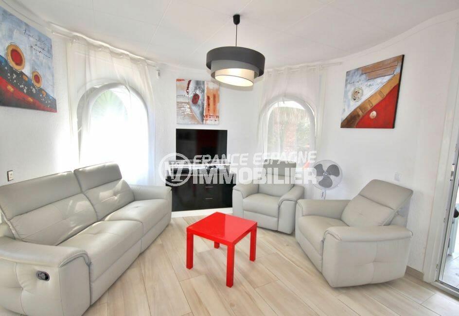 maison a vendre empuria brava, secteur prisé, salon / séjour lumineux avec canapé et fauteuils
