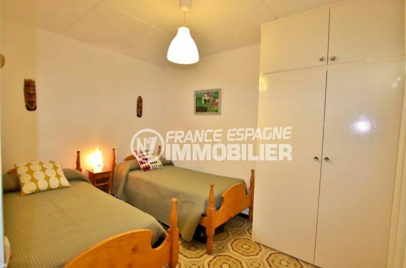 immo empuriabrava: villa 60 m², deuxième chambre avec deux lits simples et rangements