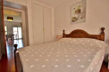 immobilier espagne costa brava: appartement 42 m², chambre avec lit double et placards