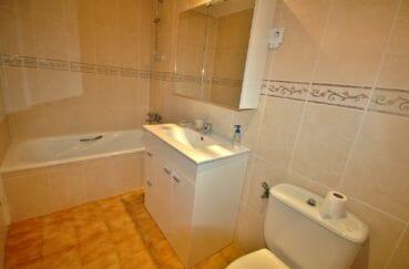 appartement a vendre empuriabrava, proche plage, salle de bains avec baignoire, vasque et wc