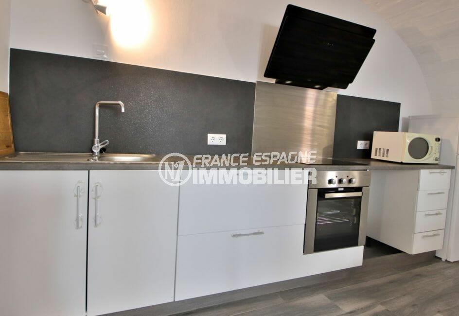 vente immobilier costa brava: villa 91 m², cuisine ouverte équipée avec rangements