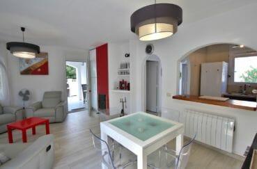 maison a vendre empuriabrava, piscine, salon / séjour avec cuisine semi ouverte