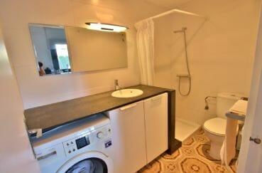 agence immobilière costa brava: villa 60 m², salle d'eau avec douche, lavabo et wc