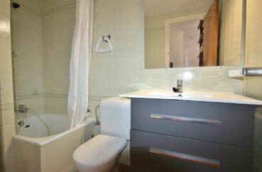 achat appartement empuriabrava, bon investissement, salle de bains avec baignoire, vasque et wc