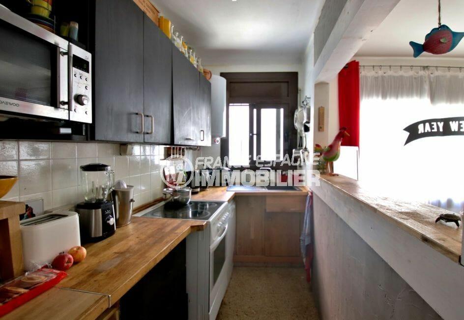 maison a vendre espagne rosas, jacuzzi, cuisine semi ouverte équipée et fonctionnelle