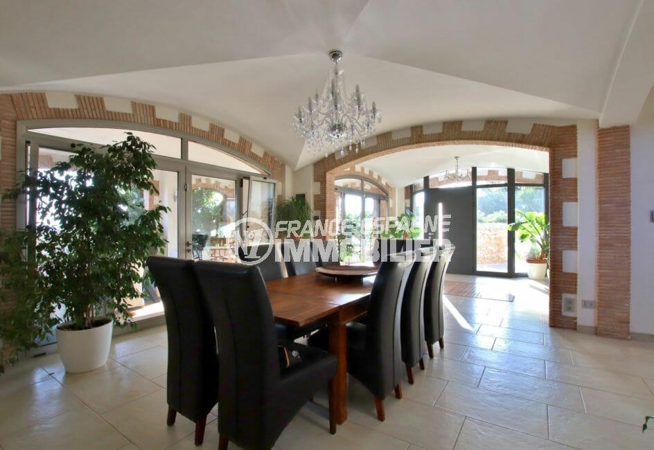 immocenter roses: villa 500 m², aperçu de la porte d'entrée et du salon / séjour