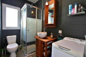 appartement à vendre à rosas espagne, parking, salle d'eau avec douche, vasque et wc