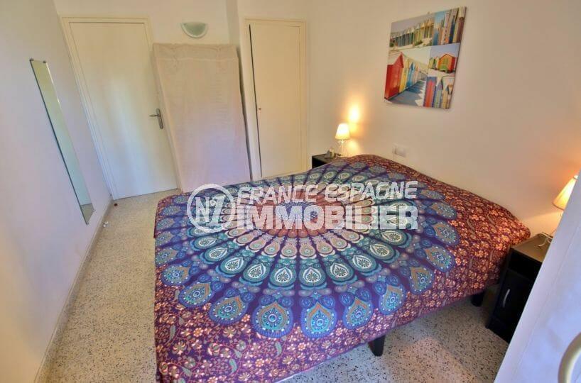 agence immobilière costa brava: appartement 50 m², première chambre avec rangements et balcon privé