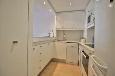 agence immobilière roses: appartement 80 m², cuisine semi ouverte équipée avec rangements