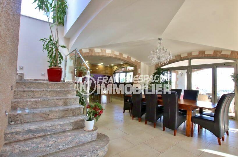 la costa brava: villa 500 m², cuisine ouverte sur le salon / séjour accès escaliers étage