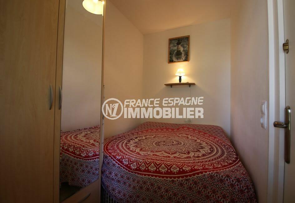 appartement a vendre a rosas, secteur prisé, deuxième chambre avec lit double et rangements