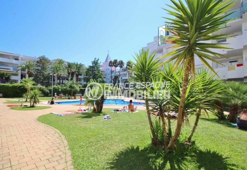 acheter appartement rosas, 45 m², aperçu des extérieurs près de la piscine bien entretenus