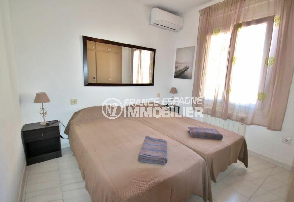 agence immobilière costa brava: villa 128 m² première chambe avec deux lits simples